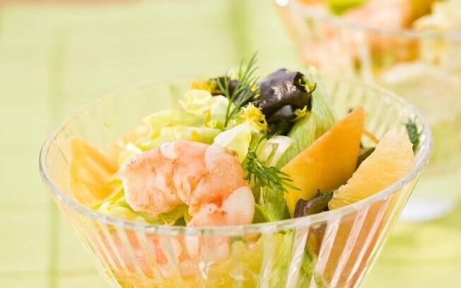 Taça com salada de camarão