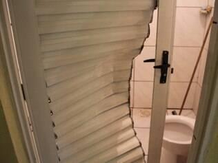 Porta do banheiro foi arrombada na hora do crime