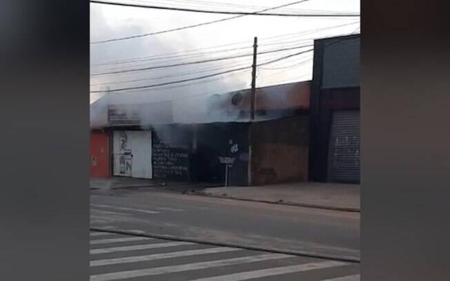 Fogo atinge oficina e destri cinco carros no Jardim Fernanda
