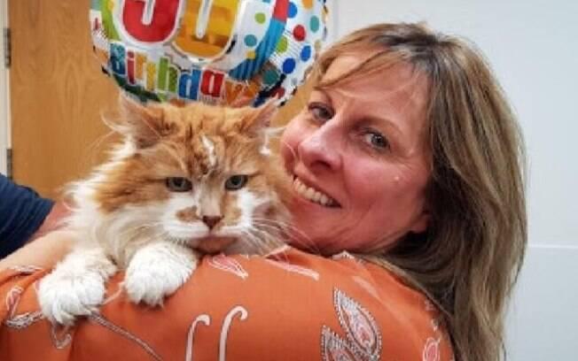 Gato completa 30 anos de idade e ganha festa de aniversário supresa