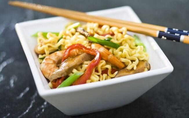 Foto da receita Yakisoba de camarão com legumes pronta.