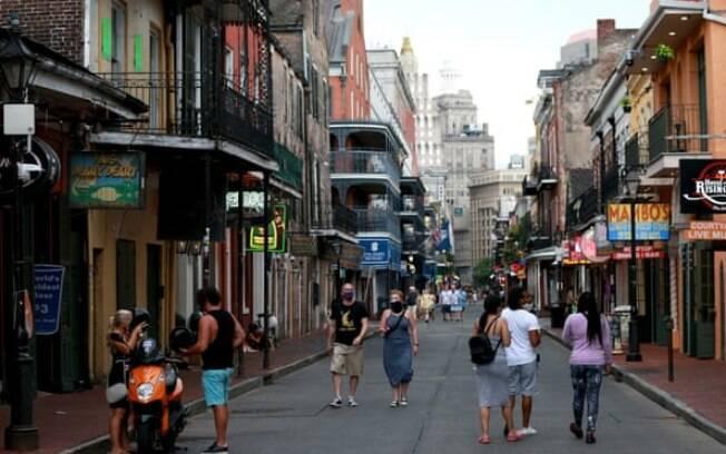 Bourbon Street no French Quarter em Nova Orleans, Louisiana