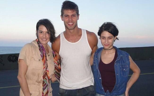 Jonas posa com as colegas de cena Deborah Secco e Luísa Arraes
