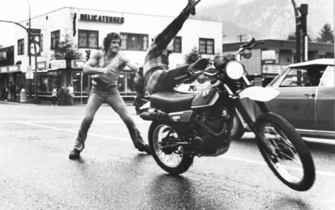 Rambo roubando uma Yamaha XT 250 para fugir do xerife