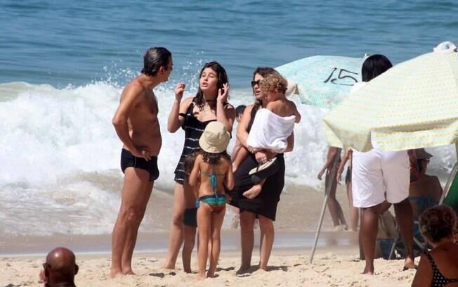 Claudia Abreu e José Henrique da Fonseca com os filhos