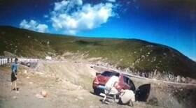 Carro cai de penhasco enquanto família admira a vista