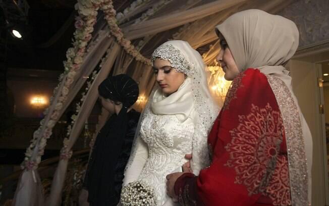 Kheda Goilabiyeva depois de seu casamento com o agente da polícia chechena Nazhud Guchigov, na capital provincial da Chechênia Grozny, Rússia (16/05)