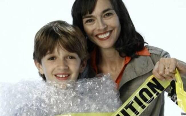 A jornalista americana Lenore Skenazy, com o filho de nove anos. Seu posicionamento foi alvo de duras críticas, e a jornalista chegou a ser denunciada por suposta negligência e apelidada de