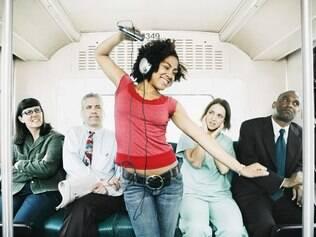 Música alta é a nova praga no transporte público. Evite