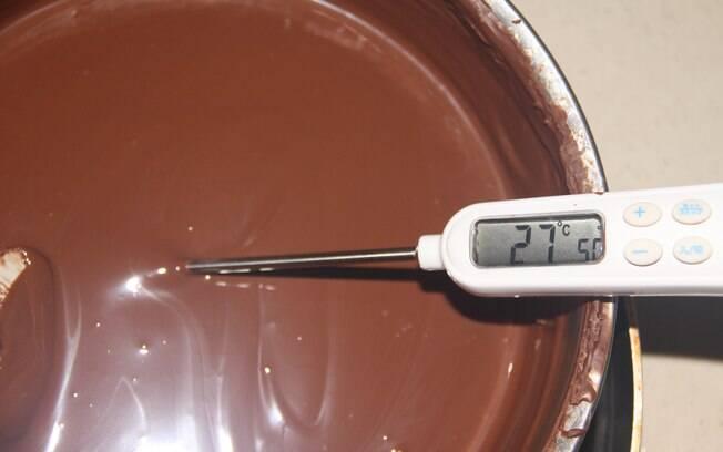 Temperatura do chocolate, que está derretido, sendo tirada para o processo de temperamento.