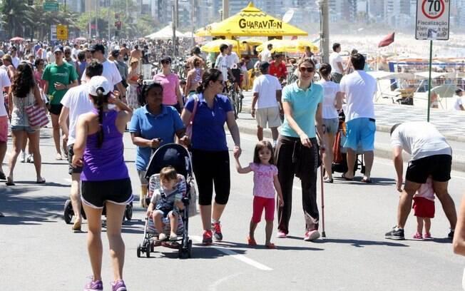 Com bengala, Luana Piovani passeio com o filho e amigas na orla do Leblon, no Rio