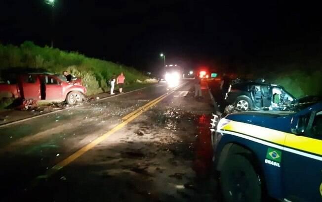 Segundo informações, carros bateram de frente por volta das 2h da madrugada