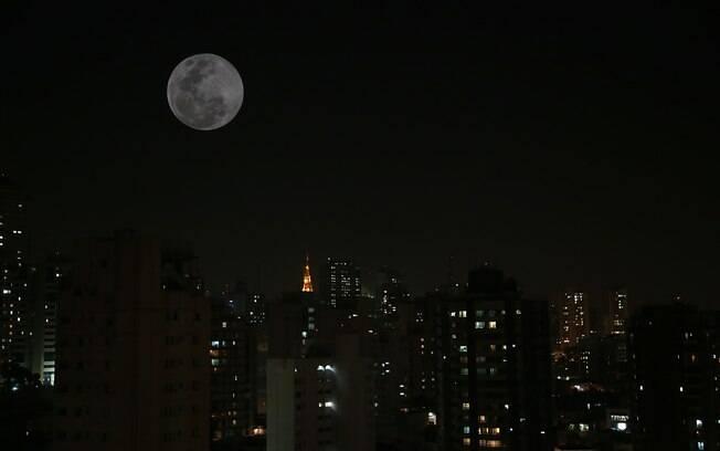 Evento da superlua no céu de São Paulo durante a madrugada de setembro de 2014
