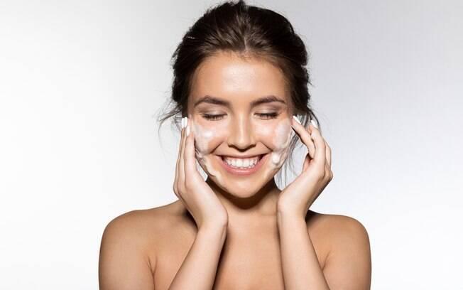 O bicarbonato de sódio tem diversos benefícios para a beleza, como limpar os poros e remover células mortas e oleosidade