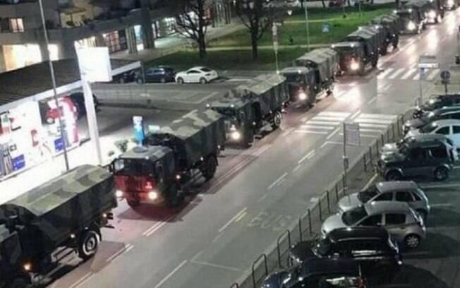 Caminhões carregam caixões de Bergamo para outras cidades da Itália