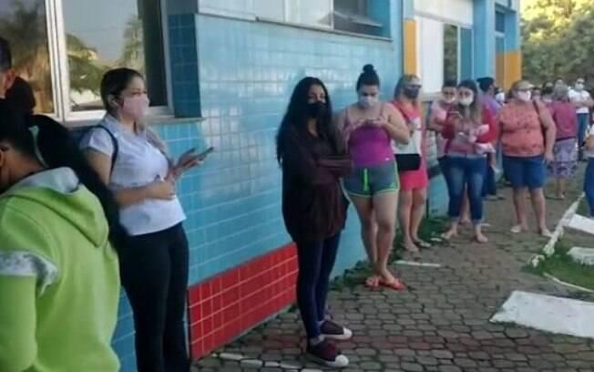 Moradores enfrentam fila para marcar consulta médica em Paulínia