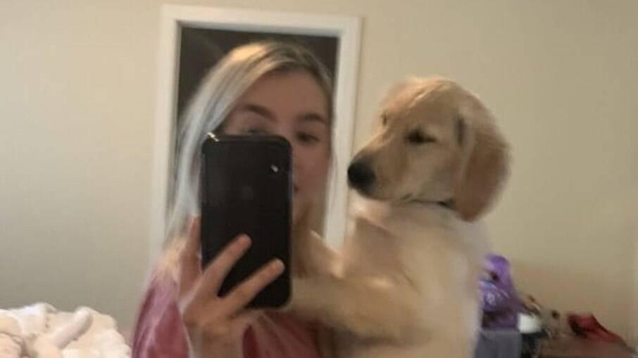 O formato engraçado nas costas do cachorro divertiu usuários das redes sociais
