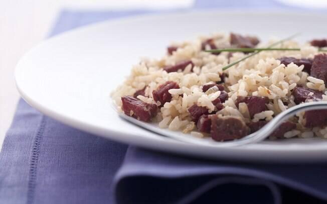 Nada de jogar a carne assada que sobrou fora: prepare arroz carreteiro