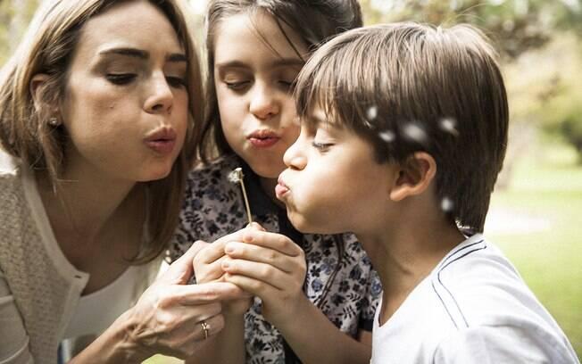 Rachel Sheherazade brinca com os filhos, Clara e Gabriel