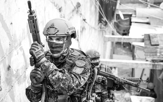 Procedimento de deslocamento padrão: Policiais de traz dão cobertura e segurança para o PM da frente. Foto: Major PM Luis Augusto Pacheco Ambar