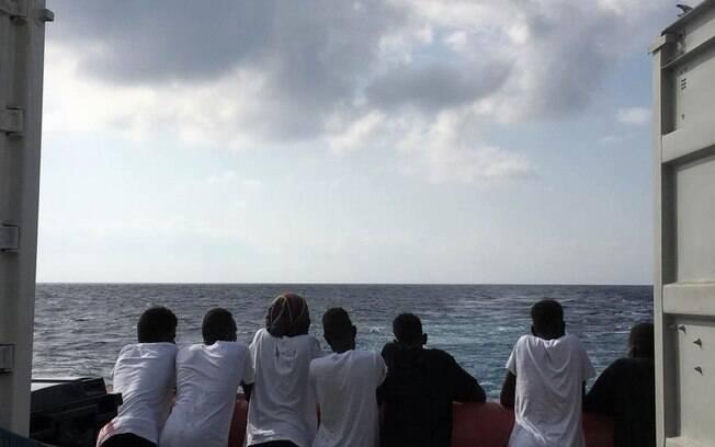 Imigrantes foram resgatados no mar Mediterrâneo há 13 dias