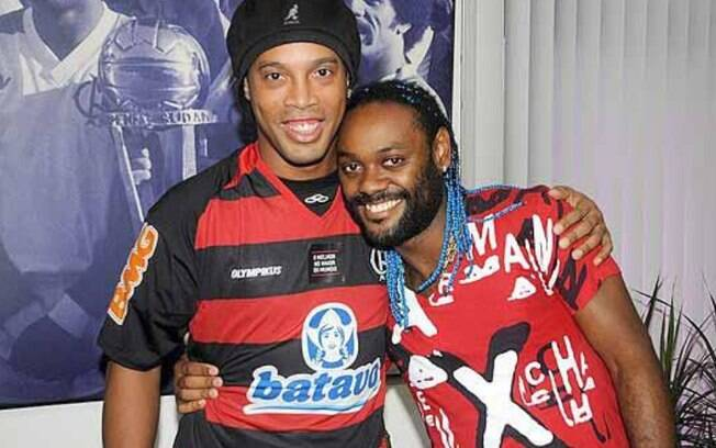 Assmi que retornou ao Flamengo, Vagner Love  foi recepcionado por Ronaldinho Gaúcho, que ainda  estava no time na época