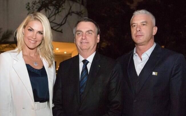 Ana Hickmann posa com Jair Bolsonaro e divide internet
