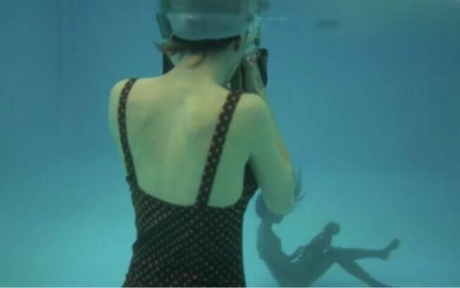 Natalie Lennard na piscina ao lado de uma as mulheres do projeto de fotos de parto na água