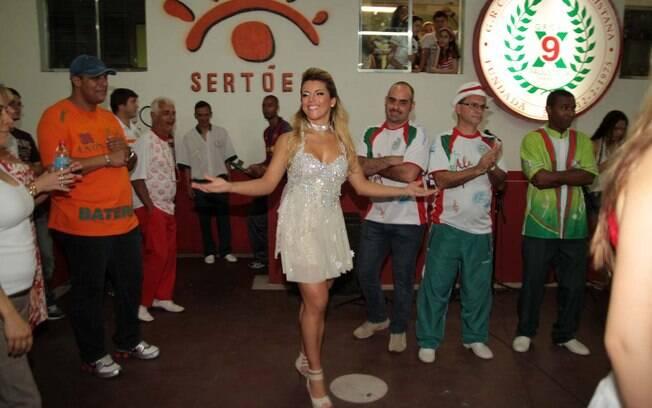 Rosana Ferreira foi apresentada como a nova musa na X-9 Paulistana durante ensaio na quadra