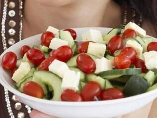 Antes da feijoada, coma bastante folhas e legumes coloridos. Eles ajudam na absorção da gordura