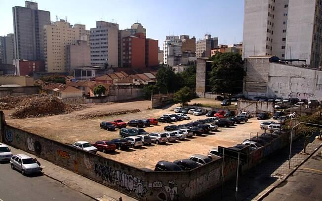 O terreno do Grupo Silvio Santos, com o Teatro Oficina ao fundo