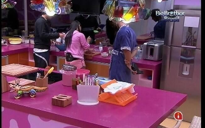 Fael e Jonas observam Kelly preparar almoço
