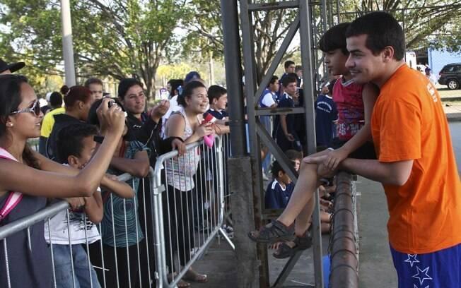 Thiago Martins foi assediado e retribuiu o carinho dos fãs