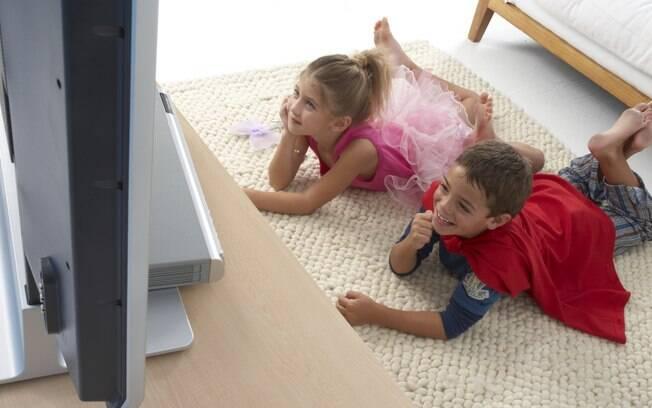 Sentar muito perto da TV pode causar olhos ressecados e vermelhos. Distância mínima deve ser de 1,5 metro