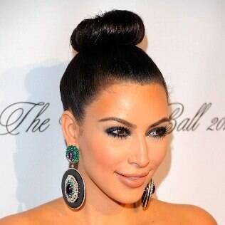 Kim Kardashian adotou o coque rosquinha no tapete vermelho
