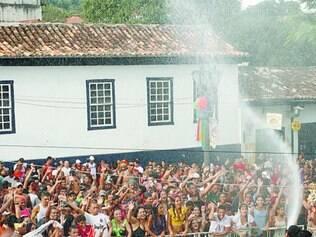Tradição. Atração famosa do Carnaval de Sabará, chuveirão refresca foliões há 20 anos no município