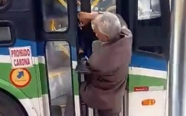 Com a porta fechada, motorista atinge idoso com série de chutes para afastá-lo do veículo