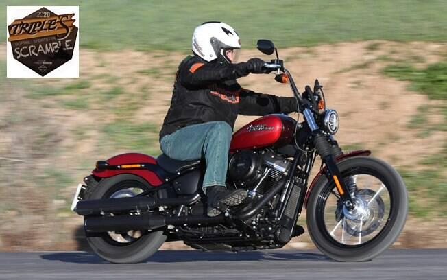 A Harley-Davidson Street Bob, com seu guidão alto e posição custom, proporciona um passeio descontraído e relaxante