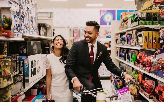 O casal Isabella Sablan e Michael Delvalle escolheu fazer o ensaio no supermercado porque é a