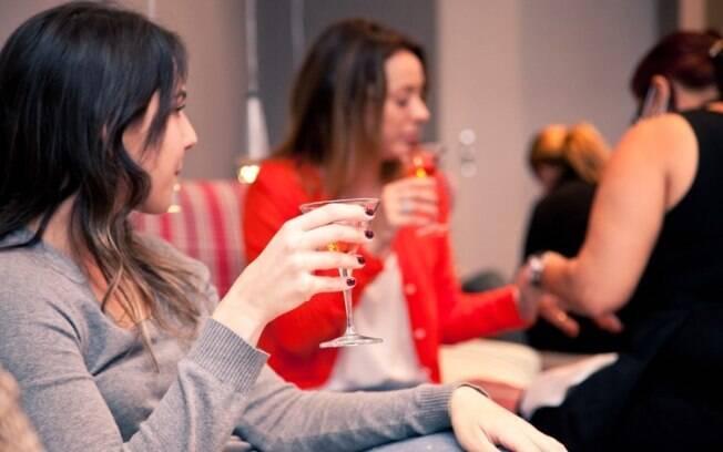 Amigas fazem as unhas e bebem drinques no Cosmopolish, em São Paulo