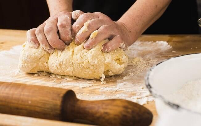 O processo de refinamento da farinha branca acaba fazendo com que o alimento perca nutrientes fundamentais