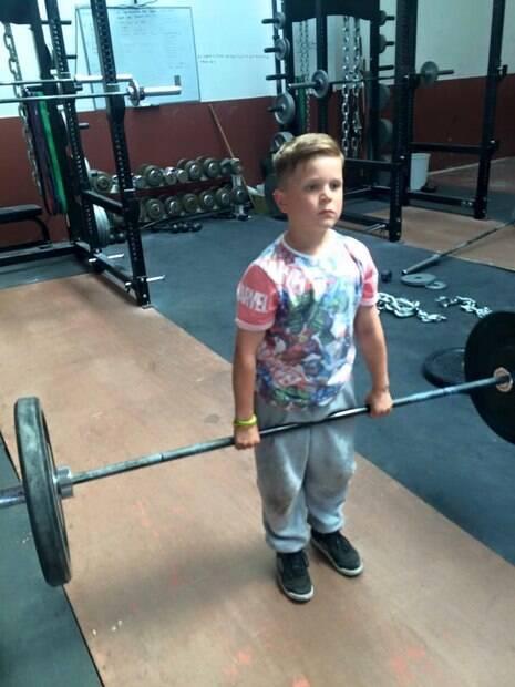 Hayley conta que seu filho Leo costuma escolher alguns pesos na academia e os levanta por cerca de cinco minutos, nada além disso durante todo o dia