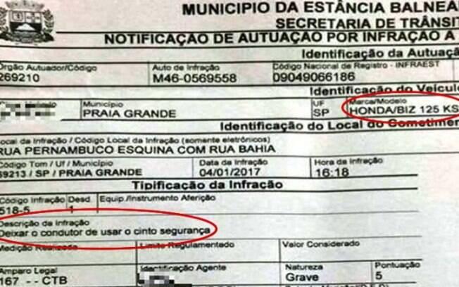 Motoqueiro levou uma multa por não usar o cinto de segurança.