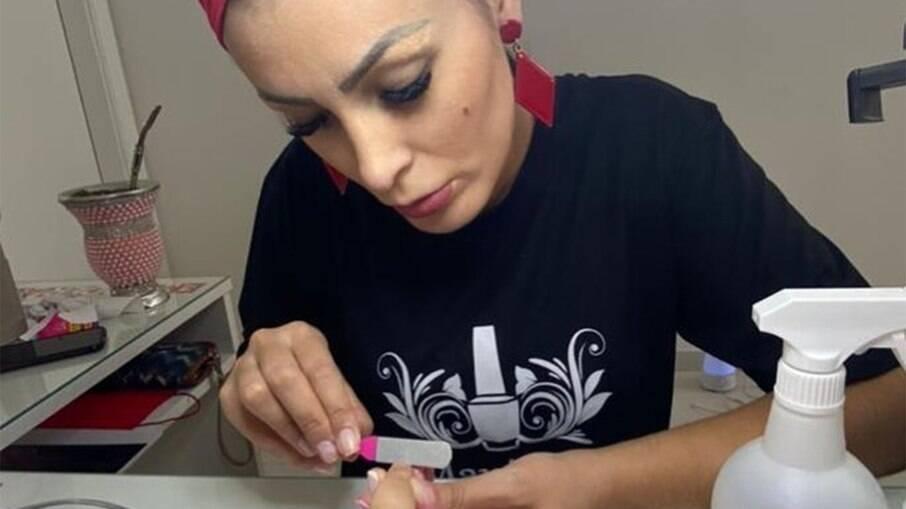 Andressa Urach posta foto fazendo as unhas de cliente
