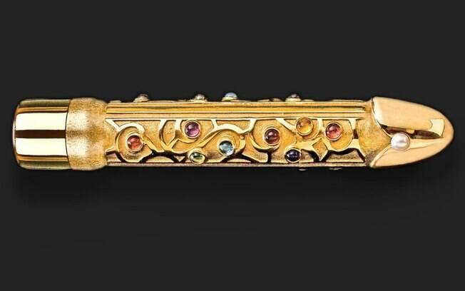 Além de ser confeccionado com ouro puro, este vibrador também tem pedras preciosas e uma pérola em sua extensão