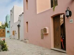 Criança em casa recém-construída do condomínio Villages of Loreto Bay em Loreto, México
