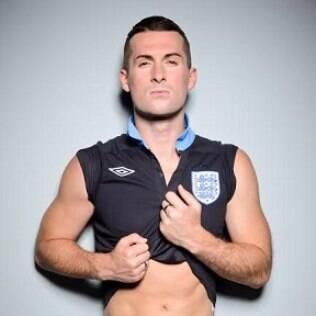 Mark McAdam, jornalista esportivo britânico, declarou ser homossexual à edição de setembro da revista Gay Times