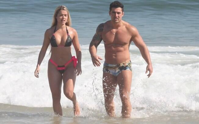 Aryane Steinkopf aproveitou a praia com o namorado nesta sexta-feira (2)