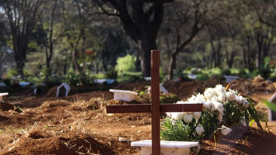 Já são 93 dias seguidos no Brasil com a média móvel de mortes acima da marca de mil