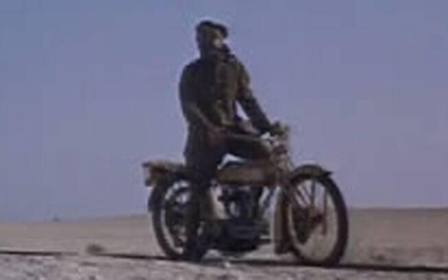 """Peter O'Toole em """"Lawrence da Arábia"""". A moto utilizada no filme deve ser uma Triumph SD"""